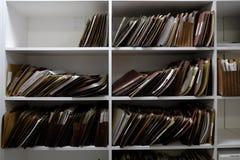 Dossiers d'affaires dans des boîtes et l'étagère de dossiers images libres de droits