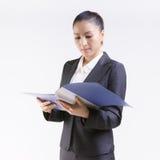 Dossiers d'examen de femme d'affaires Image stock