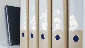 Dossiers de bureau sur une étagère banque de vidéos