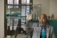 Dossiers en mouvement d'homme professionnel sur un écran d'ordinateur futuriste images stock