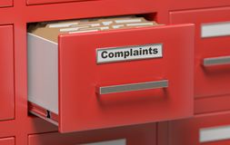 Dossiers et documents de plaintes dans le coffret dans le bureau 3D a rendu l'illustration Photos stock