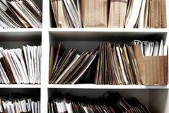 Dossiers op Plank voor het Bureauwerk dat wordt georganiseerd stock foto