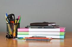 Dossiers, organisateur, bloc-notes et un ensemble de bureau photo stock