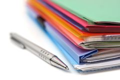 Dossiers, papier et stylo Image stock