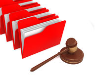 Dossiers rouges avec Gavel Photo stock