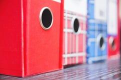 Dossiers rouges et bleus de papier d'affaires de vintage Photographie stock libre de droits
