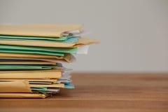 Dossiers sur le bureau en bois Photographie stock