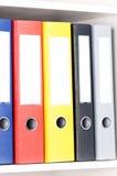 Dossiers sur les étagères au bureau Photo stock
