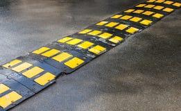 Dosso stradale di sicurezza stradale su una strada asfaltata Immagine Stock Libera da Diritti