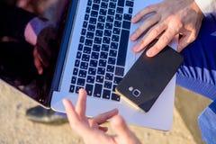 Dostęp baza danych Rewizi informacja online Zmian położenia rewizja ewidencyjny patrzeć online Biznesmen obraz royalty free