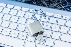 Dostęp do Internetu z kłódki klawiaturą i kluczem obrazy stock