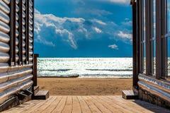 Dostęp plaża drewnianą podłogą między ścianami nabrzeżne kawiarnie obrazy stock