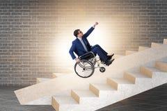 Dostępności concepth z wózkiem inwalidzkim dla niepełnosprawnego obraz royalty free