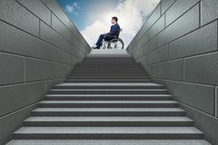 Dostępności concepth z wózkiem inwalidzkim dla niepełnosprawnego zdjęcie royalty free