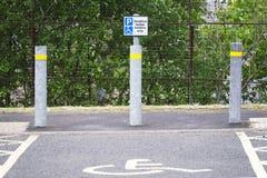 Dost?pny miejsce do parkowania dla niepe?nosprawnego kierowcy znaka zdjęcia stock