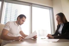 Dostać pracę Młody człowiek przygotowywający podpisywać pracującego kontrakt Obraz Stock