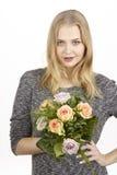 Dostaje bukiet kwiatu fpr urodziny (róże) Zdjęcie Stock