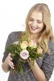 Dostaje bukiet kwiatu fpr urodziny (róże) Zdjęcie Royalty Free