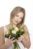 Dostaje bukiet kwiaty dla jej urodziny (róże) Obraz Stock