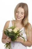 Dostaje bukiet kwiaty dla jej urodziny (róże) Zdjęcie Royalty Free
