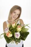 Dostaje bukiet kwiaty dla jej urodziny (róże) Zdjęcia Royalty Free
