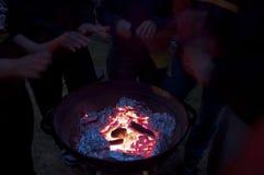Dostaje ciepły w zimnej zimy nocy Zdjęcie Stock