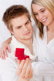dostaje miłość pierścionek pary zobowiązanie obraz stock