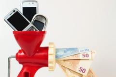 dostaje pieniądze mobilnego telefon przetwarza obrazy royalty free