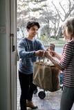 Dostarczać sklepy spożywczych starsze osoby obraz royalty free
