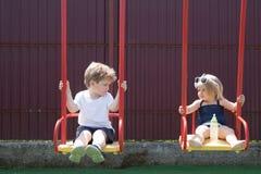 Dostawać świeżego ostrzyżenie Włosiany salon dla dzieci Mały brat i siostra cieszymy się bawić się wpólnie Dziewczyny i chłopiec  zdjęcia stock