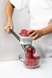 Dostawać minced używać maszynka do mięsa Obraz Royalty Free