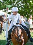 Dostawać mnie! - młoda dziewczyna na koniu przy ringową jazdą