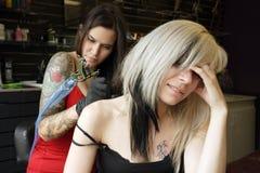 dostawać naramiennego tatuaż zdjęcie stock