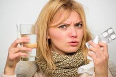 Dostawać ono pozbywa się grypa Kobiety odzieży ciepły szalik ponieważ choroba lub grypa Dziewczyna chwyta szkła wody pastylki i t zdjęcia royalty free