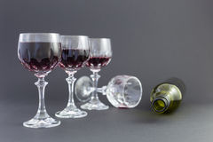 Dostawać pijący od czerwonego wina w eleganckich krystalicznych szkłach obrazy stock