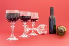 Dostawać pijący od czerwonego wina w eleganckich krystalicznych szkłach zdjęcie stock