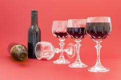 Dostawać pijący od czerwonego wina w eleganckich krystalicznych szkłach obraz stock