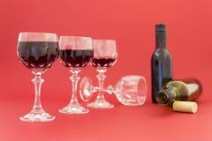 Dostawać pijący od czerwonego wina w eleganckich krystalicznych szkłach obrazy royalty free