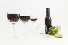 Dostawać pijący od czerwonego wina w eleganckich krystalicznych szkłach fotografia stock
