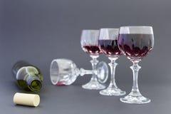 Dostawać pijący od czerwonego wina w eleganckich krystalicznych szkłach fotografia royalty free