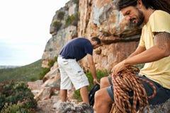 Dostawać przygotowywający dla epickiej rockowej wspinaczki! zdjęcie royalty free