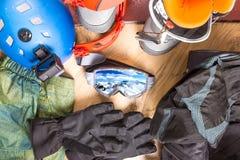 Dostawać przygotowywający dla zima wakacje Set snowboard wyposażenie na drewnianej podłoga Gogle, snowboard, kurtka, buty, rękawi Obraz Stock