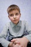 dostawać smutną spęczenie urocza chłopiec Obrazy Royalty Free