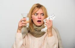 Dostawać szybką ulgę Sposoby czuć lepszy szybkich grypa domu remedia Dostawać ono pozbywa się grypa Kobiety odzieży ciepły szalik zdjęcia royalty free
