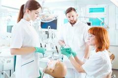 Dostawać znać użycie różni stomatologiczni narzędzia obrazy stock