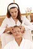 dostawać masaż szczęśliwej kierowniczej kobiety Zdjęcie Stock