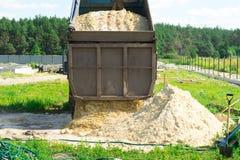 Dostawa piasek dla budowy usyp ciężarówka rozładowywa piasek Miejsce dla twój teksta obrazy royalty free