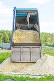 Dostawa piasek dla budowy usyp ciężarówka rozładowywa piasek Miejsce dla twój teksta fotografia royalty free