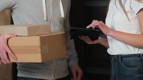 Dostawa, poczta, ludzie i wysyłki pojęcie, - szczęśliwy mężczyzna dostarcza drobnicowych pudełka klienta dom zdjęcie wideo