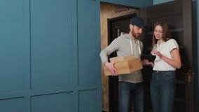 Dostawa, poczta, ludzie i wysyłki pojęcie, - szczęśliwy mężczyzna dostarcza drobnicowych pudełka klienta dom zbiory wideo
